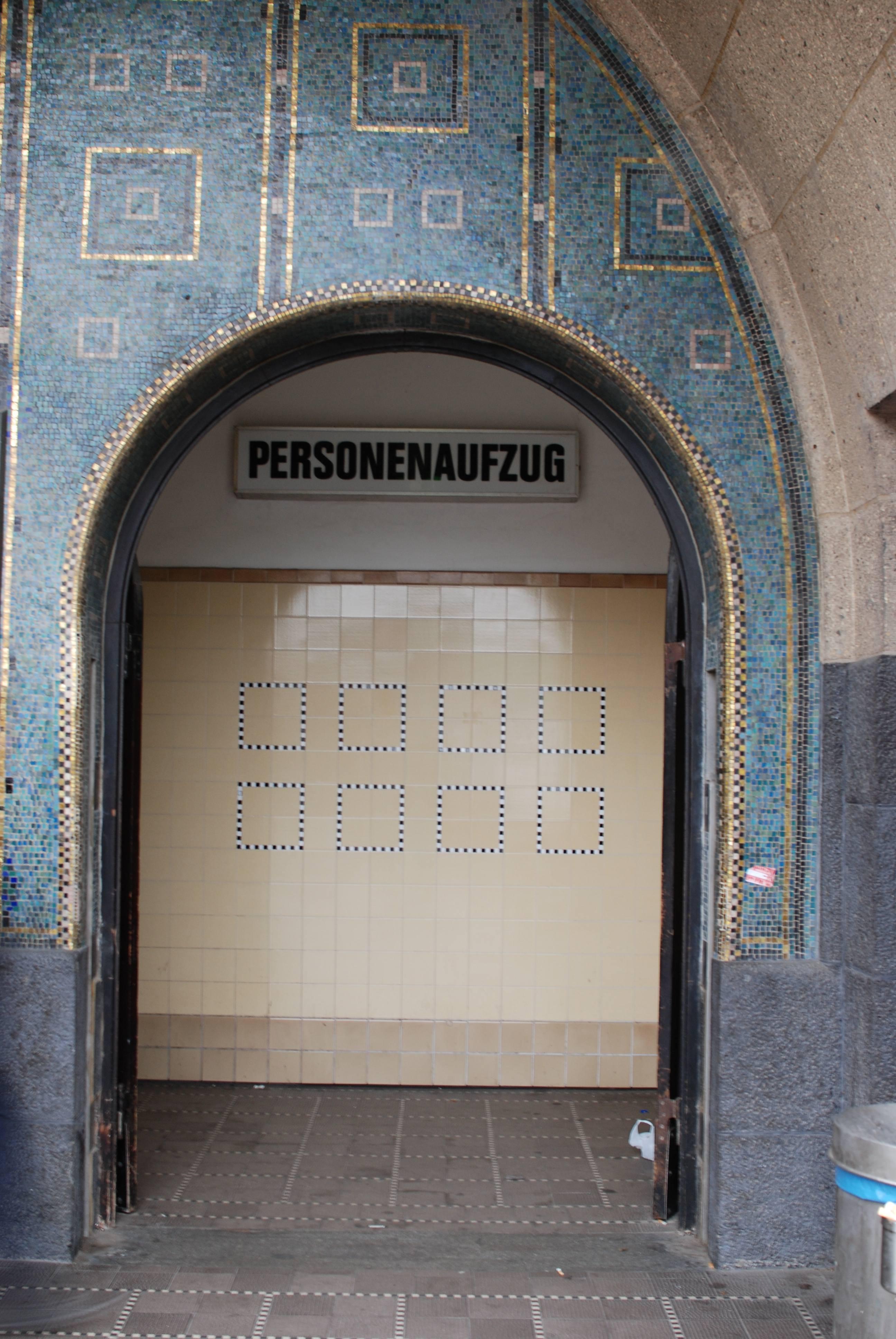 Eingang zu einem Personenaufzug