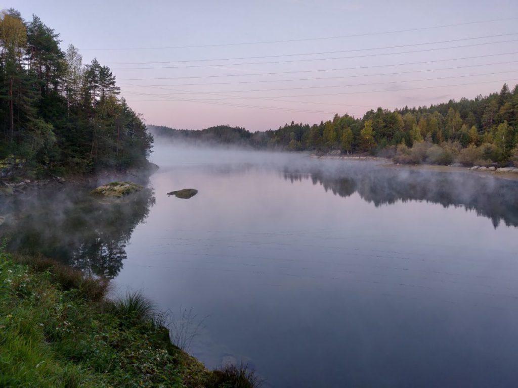 Dampfender See am Morgen