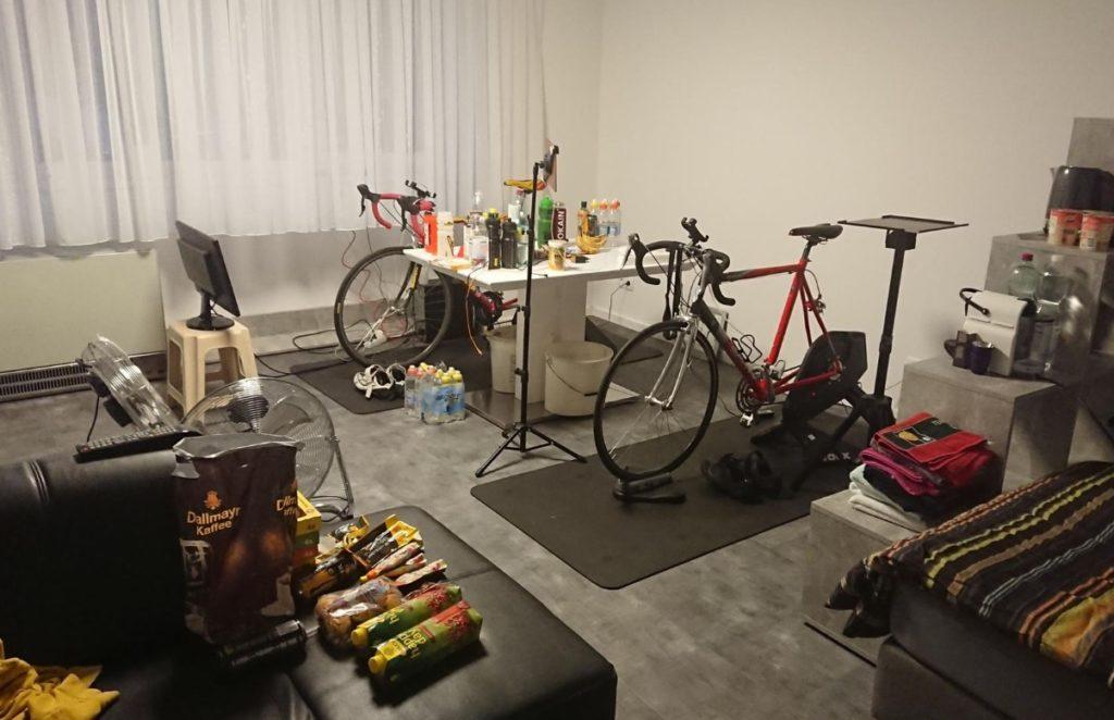 Das ganze Zimmer war auf Zwift ausgerichtet. Essen, Getränke, Kaffee, Entertainment und dazwischen ganz unscheinbar 2 Räder