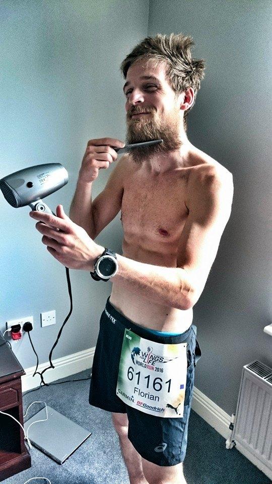 Florian Grasel bei der Pre-Race Körperpflege und dem Bartfönen.