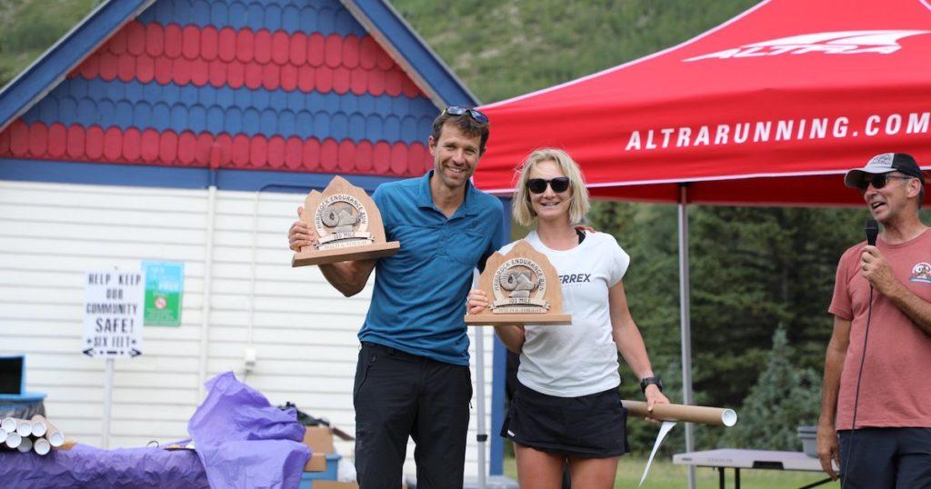 Siegerfoto von Francois D'haene und Sabrina Stanley beim Hardrock 100