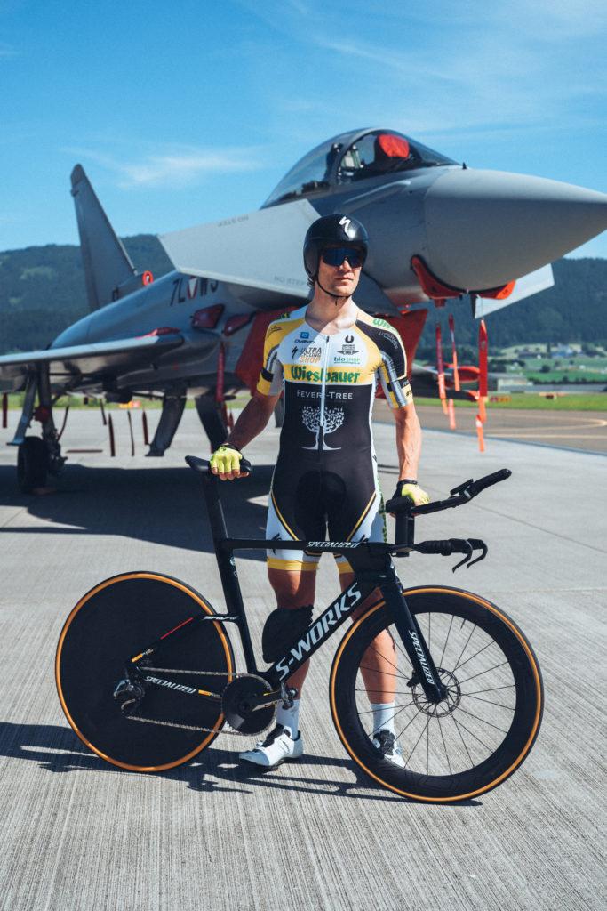Christoph Strasser mit Rad vor seinem Weltrekordversuch
