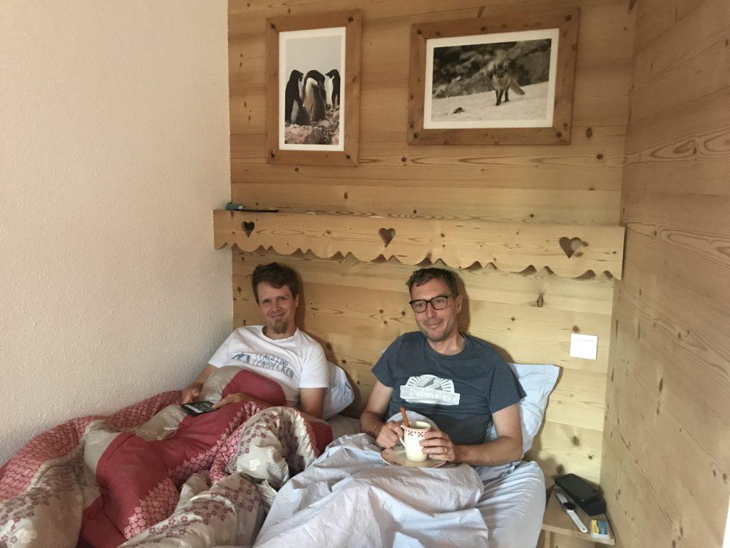 Flo und Basti kuscheln im Bett
